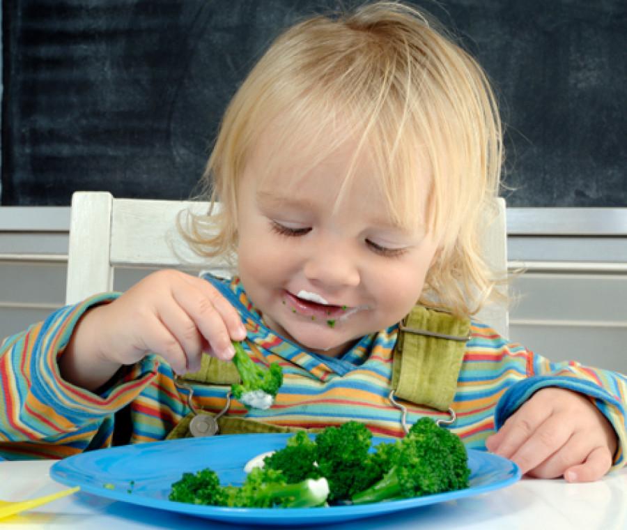 bimbo-mangia-broccoli.jpeg