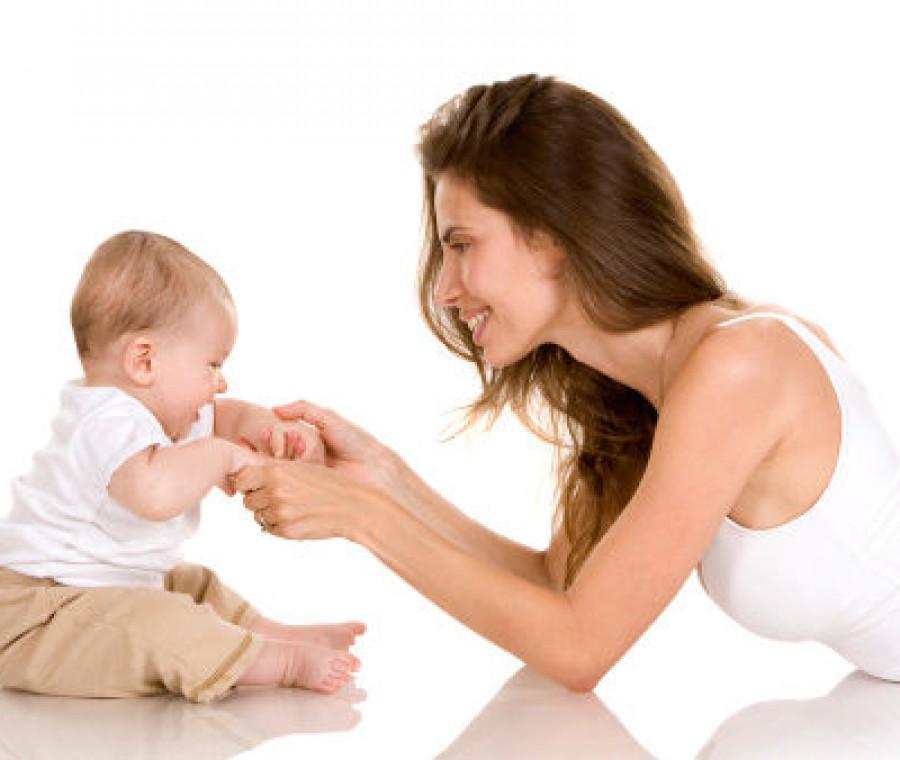 mamma-gioca-con-neonato