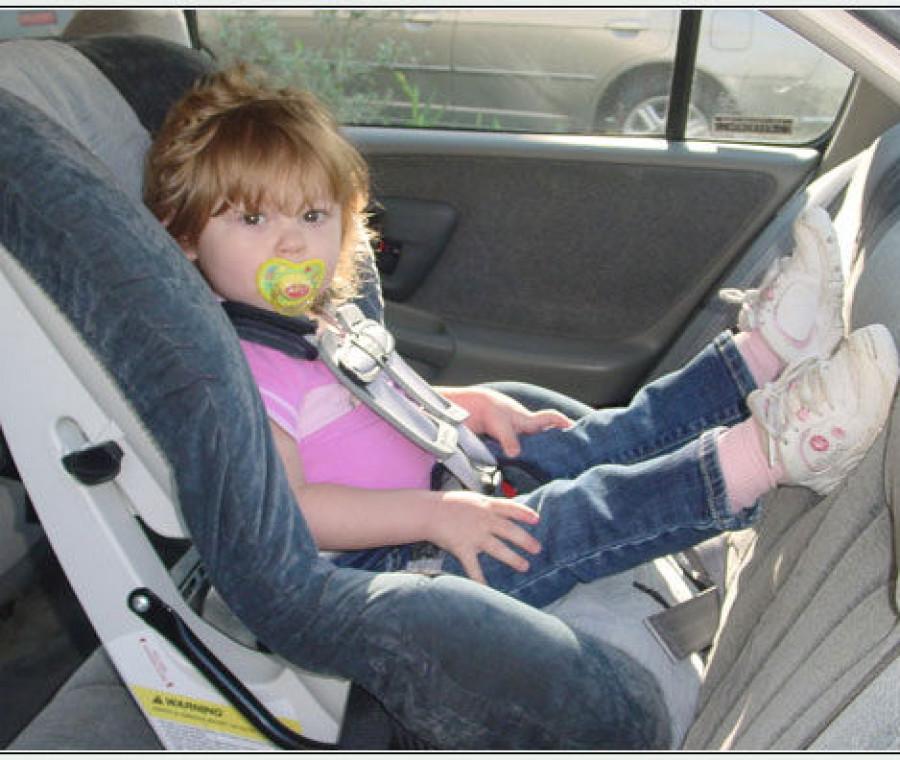 bambina-sicura-in-auto