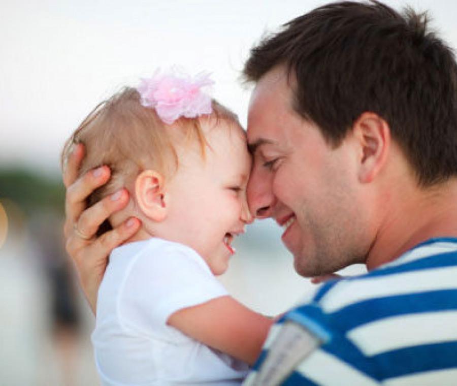 bambina-abbracciata-al-papa