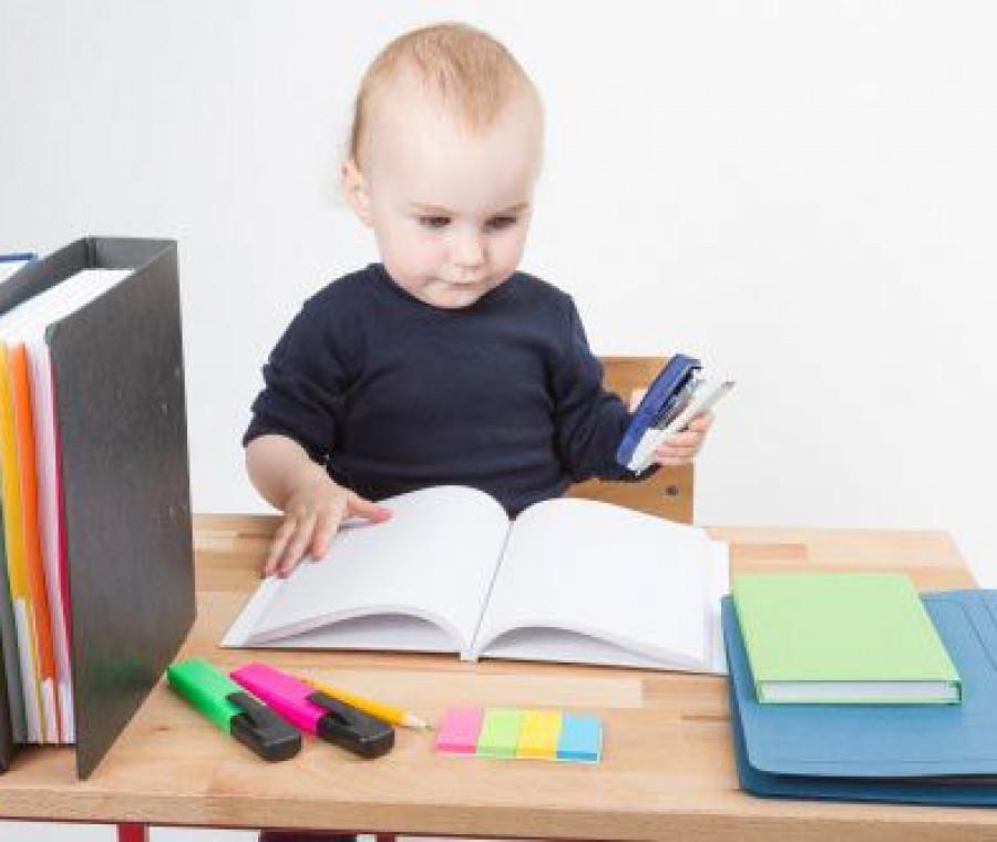 bambino-gioca-all-ufficio_1