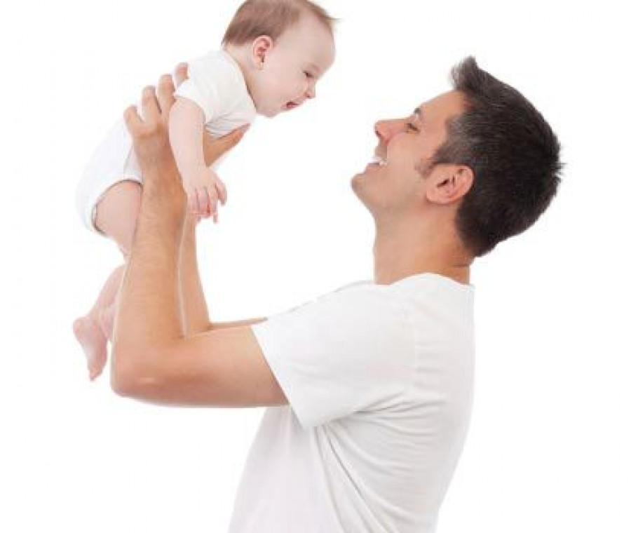 papa-tiene-in-braccio-neonato