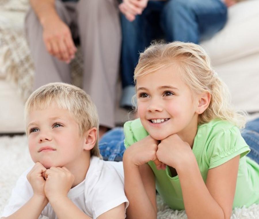 bambini-guardano-film.jpeg
