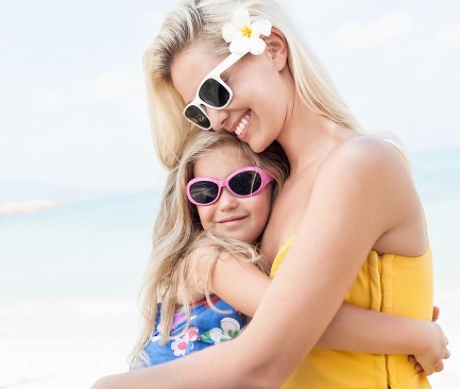 mamma-figlia-abbraccio-estate.jpeg