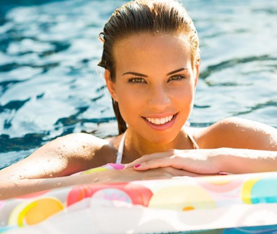 estate-acqua-donna-sorriso-piscina.jpeg