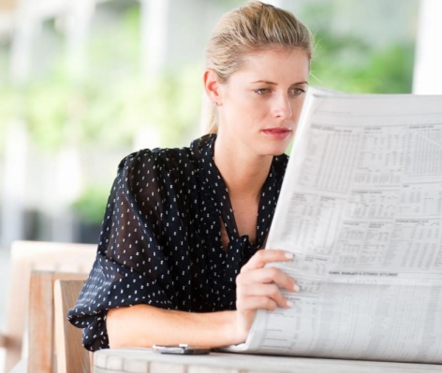 media-giornale-donna-caffe-legge.jpeg