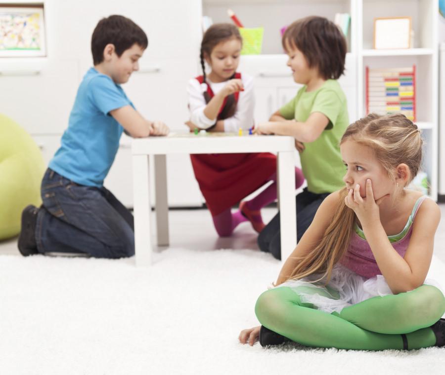 bambino-isolato-dal-gruppo-come-aiutarlo