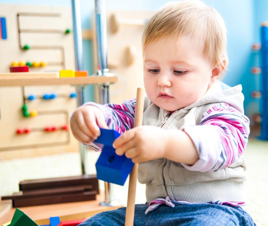 metodo-montessoriano-aiuta-il-bambino-a-fare-da-solo