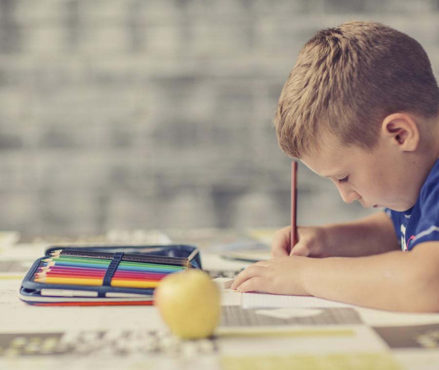 come-aiutare-i-bambini-nei-compiti-per-le-vacanze