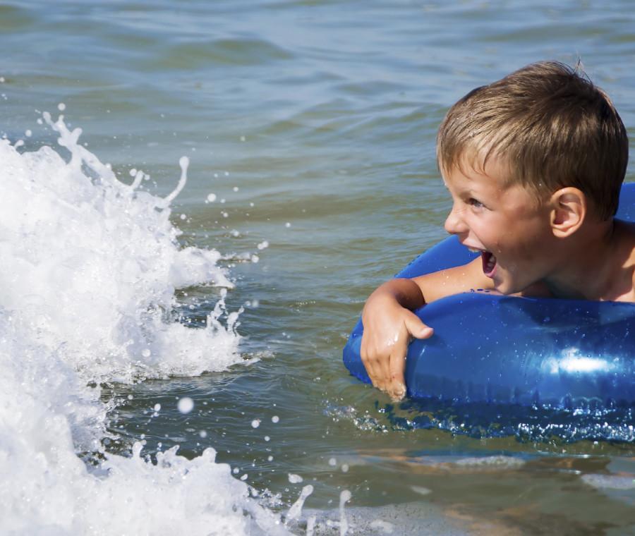 mare-o-piscina-se-il-bambino-ha-paura-dell-acqua-aiutalo-giocando