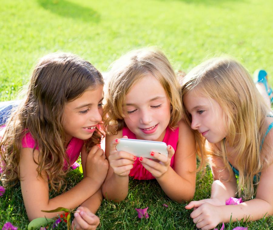 la-fenomenologia-del-bambino-smartphone-munito