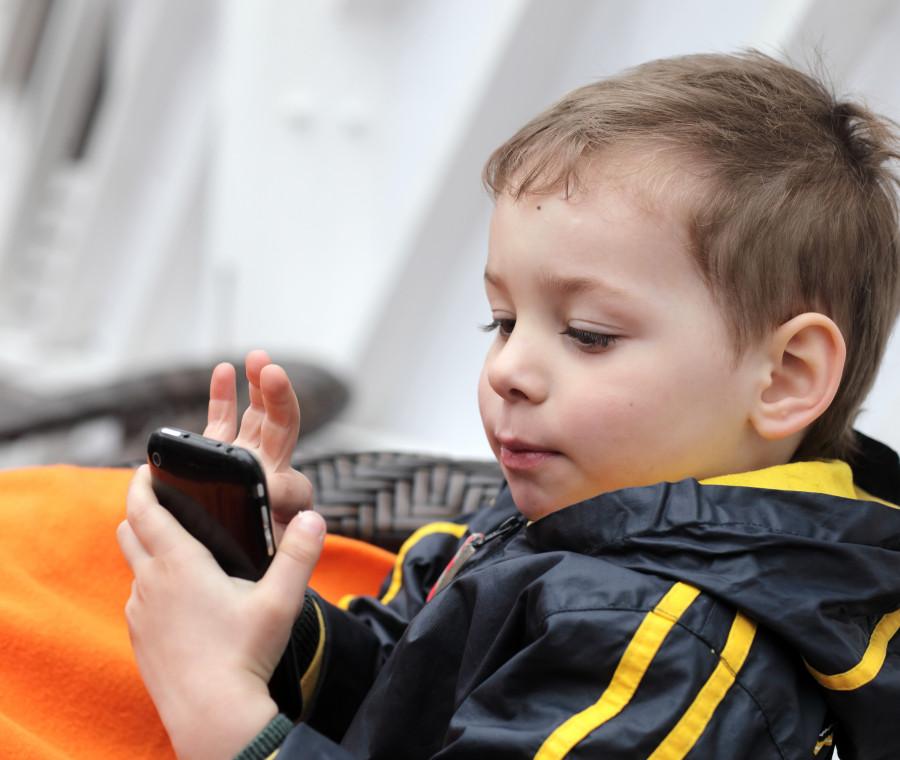 i-motivi-per-cui-lo-smartphone-puo-trasformarsi-in-una-bravissima-baby-sitter