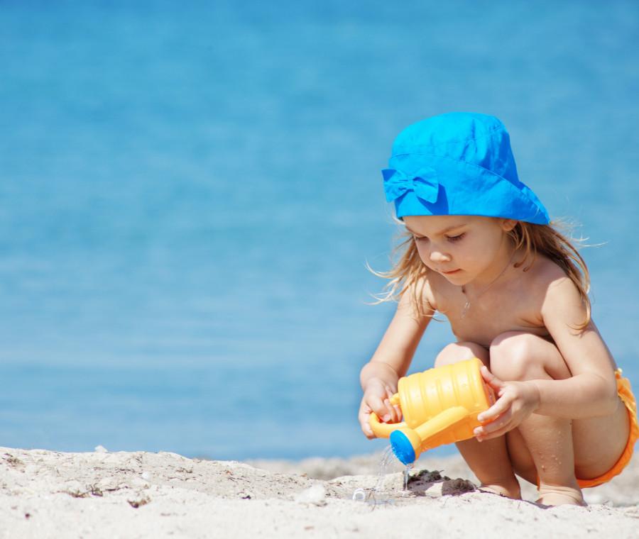 idee-per-aiutare-un-bambino-timido-in-spiaggia