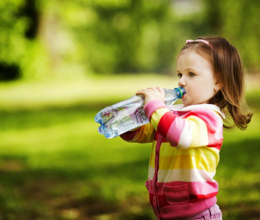 cosa-dare-da-bere-ai-bimbi-acqua-fresca-o-a-temperatura-ambiente