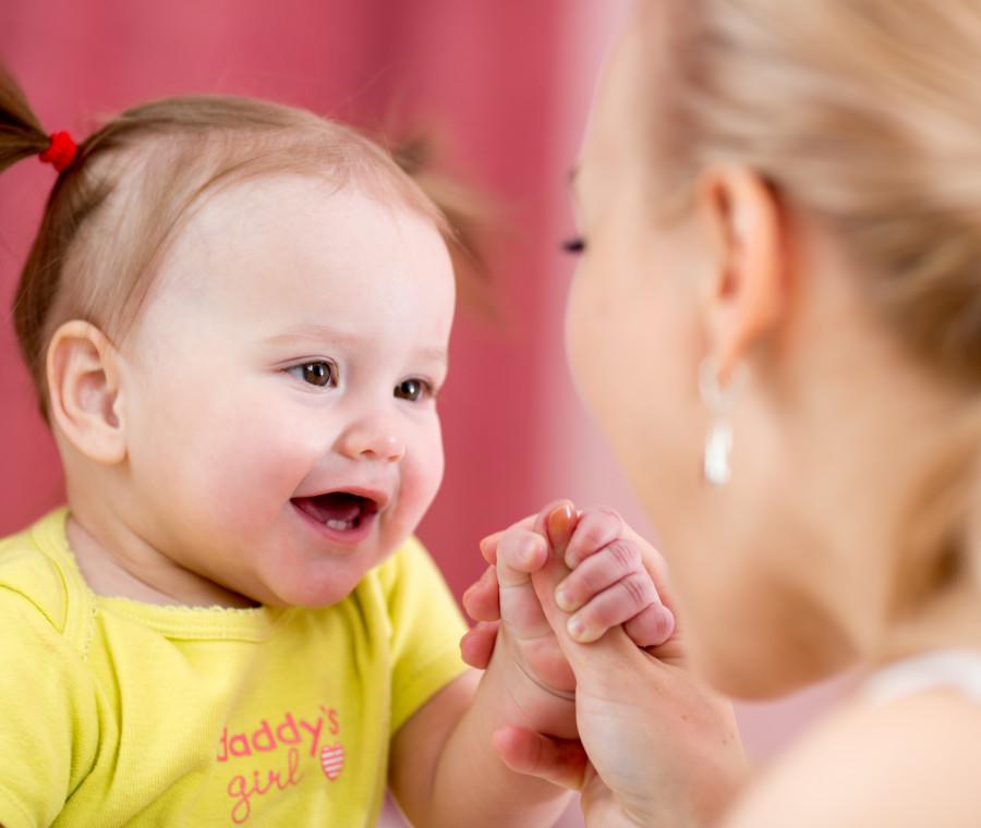 comunicare-faccia-a-faccia-con-il-bambino-per-stimolare-il-linguaggio
