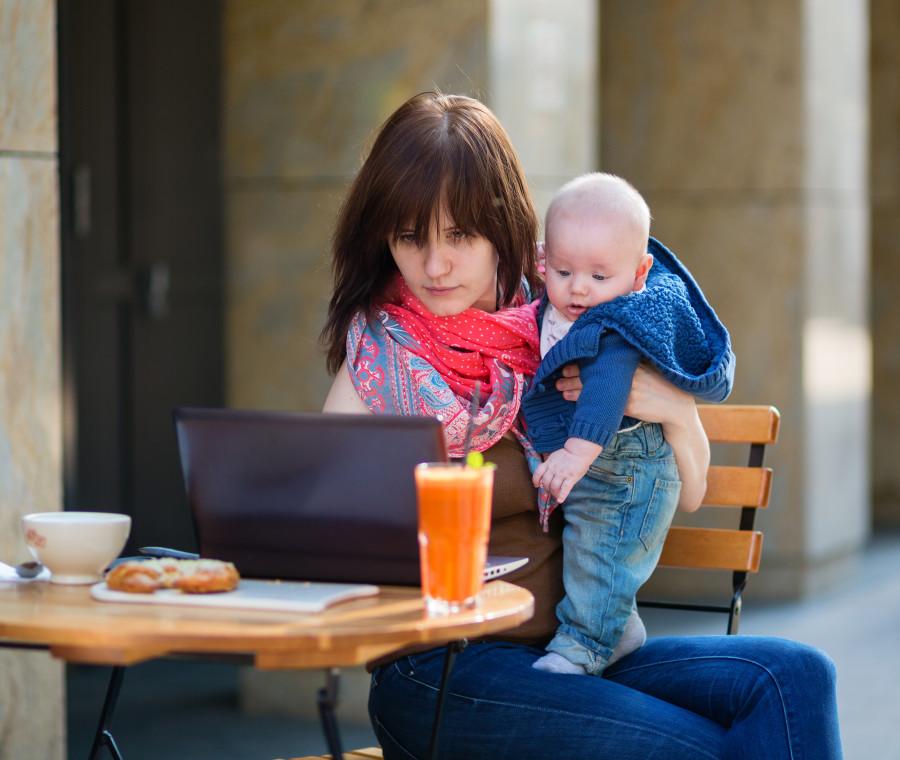 le-tipiche-cose-su-cui-le-mamme-che-lavorano-da-casa-mentono-a-loro-stesse