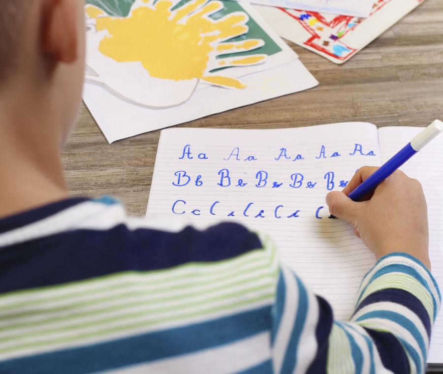 perche-i-bambini-devono-saper-scrivere-in-corsivo