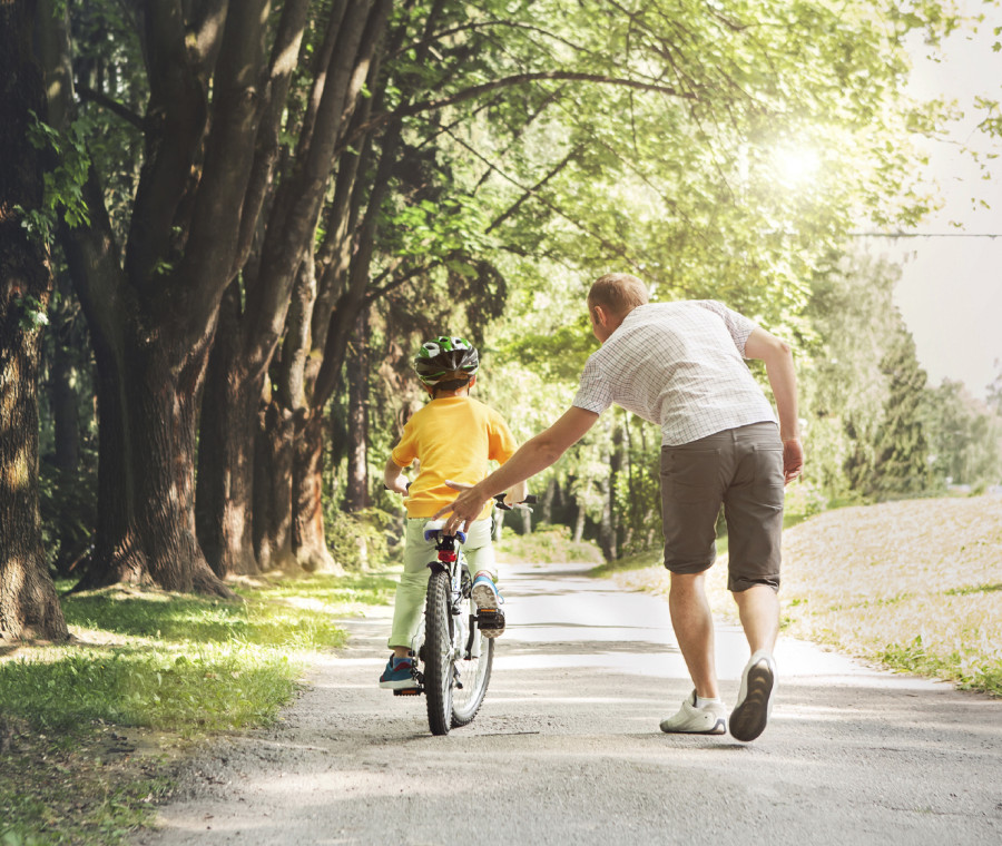 i-consigli-per-insegnare-ai-bimbi-ad-andare-in-bici