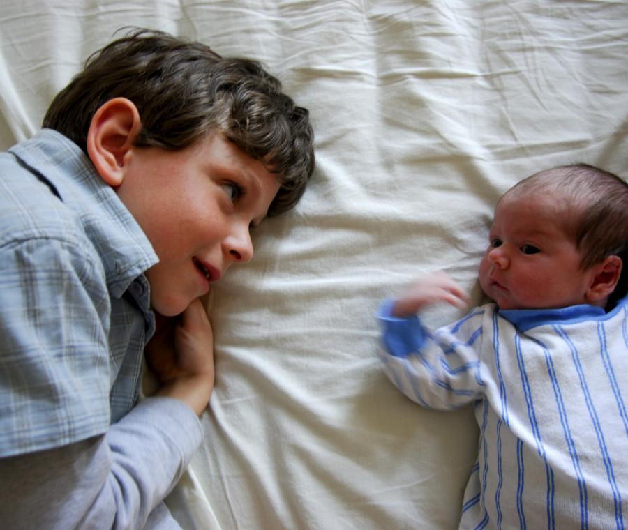 come-aiutare-un-bambino-a-superare-la-gelosia-verso-la-sorellina-o-il-fratellino
