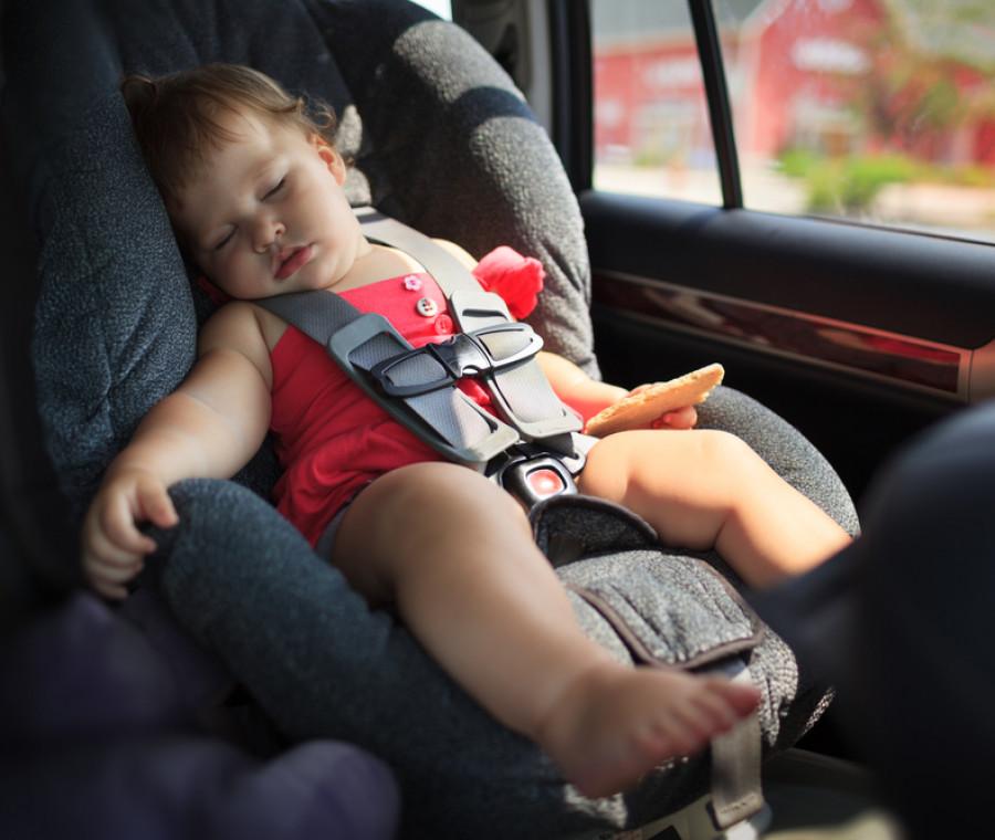 come-far-viaggiare-i-bimbi-in-auto-quando-fa-caldo