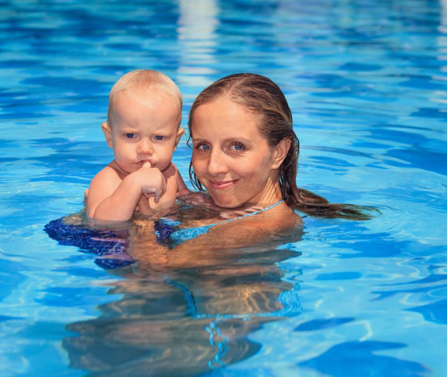 gesti-fondamentali-di-igiene-intima-in-piscina-o-al-mare-con-i-figli