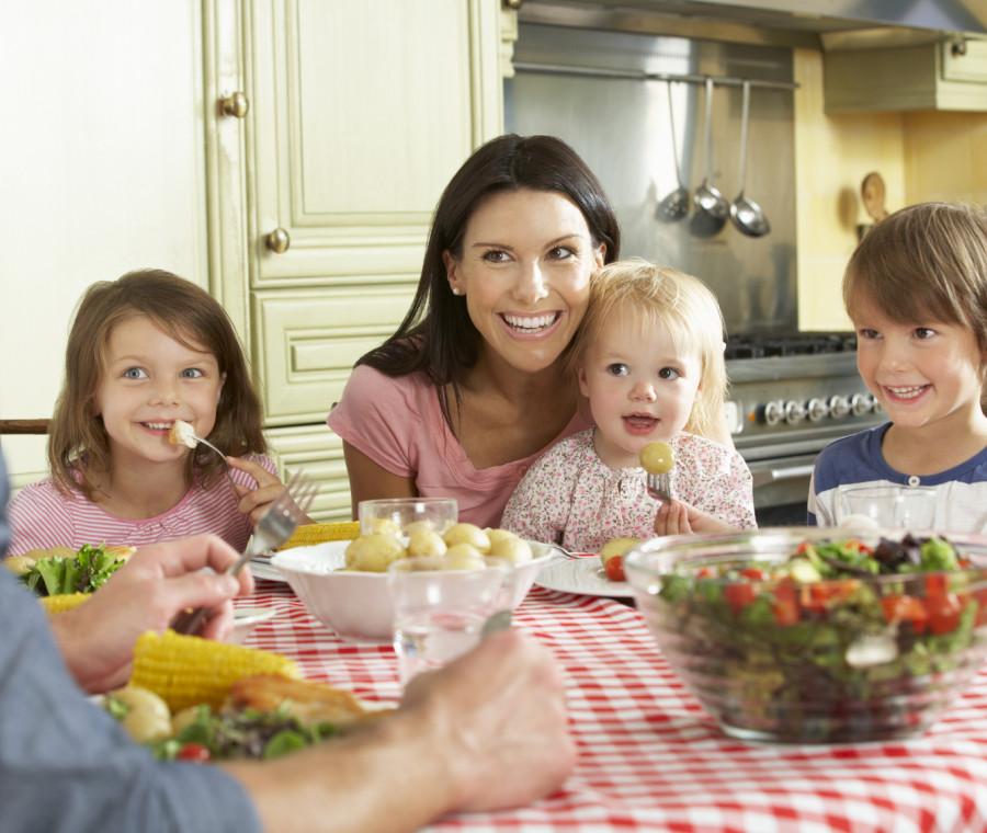 insegnare-ai-bambini-a-stare-a-tavola