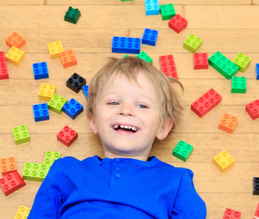 perche-giocare-con-i-lego-fa-bene-ai-bambini-effetti-educativi-e-formativi