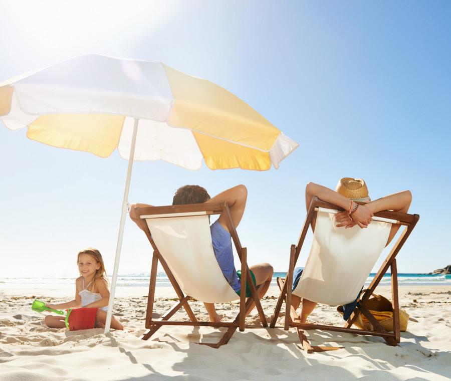 le-riviste-di-gossip-il-passatempo-preferito-delle-mamme-in-spiaggia