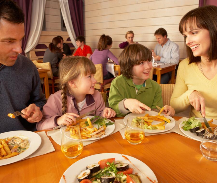 4-cose-che-i-camerieri-vorrebbero-dire-al-ristorante-a-noi-mamme
