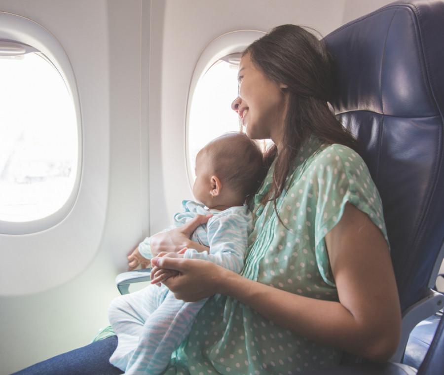 oggetti-utili-in-aereo-con-neonato-guida-allo-shopping