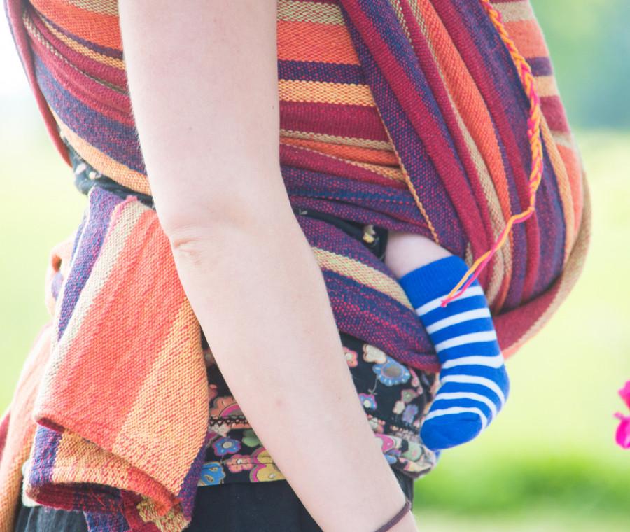 i-benefici-del-portare-in-fascia-i-bambini