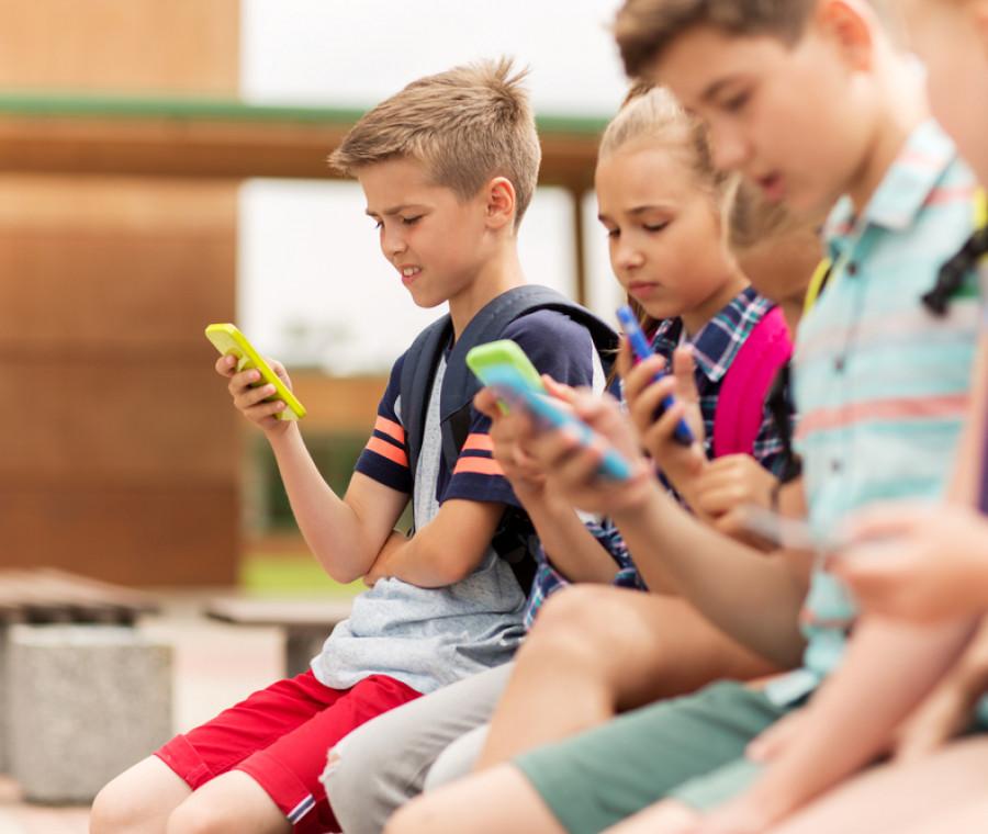 la-presenza-del-cellulare-a-scuola-le-conseguenze-psicologiche-e-sociali