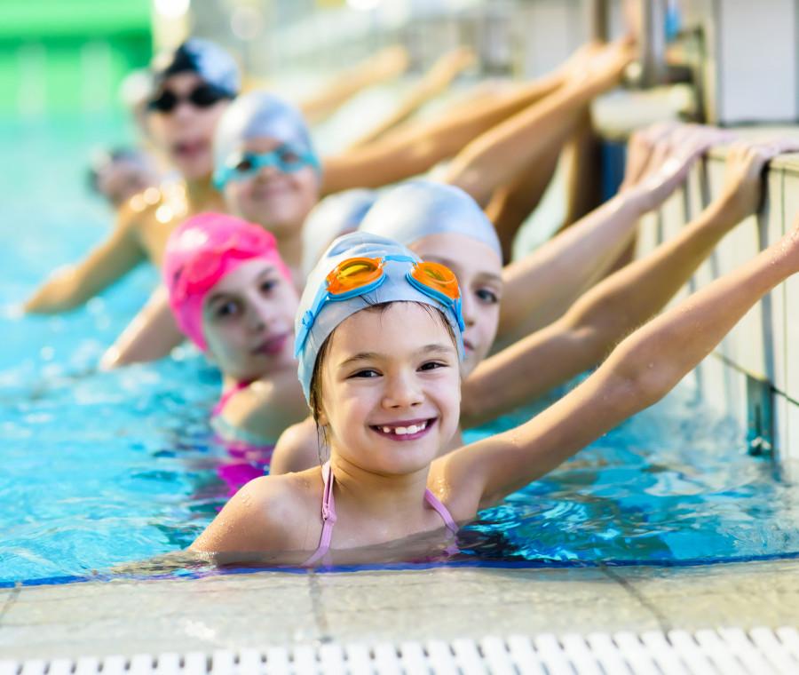 2-milioni-di-under-18-non-sa-nuotare-perche-e-importante-far-seguire-un-corso-di-nuoto