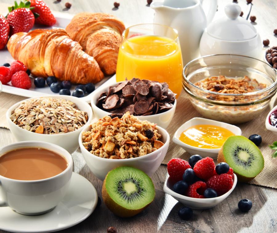 colazione-ideale-per-la-maturita-latte-vegetale-cereali-e-frutta