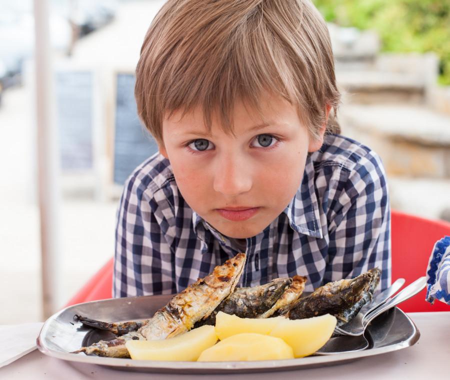 insegnare-ai-bambini-a-mangiare-pesce-azzurro