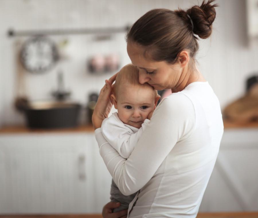 neonato-di-4-mesi-sviluppo-gioco-alimentazione-e-sonno