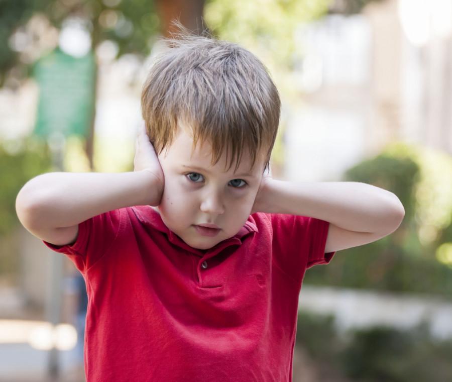 bambini-che-non-sopportano-i-rumori-cosa-fare