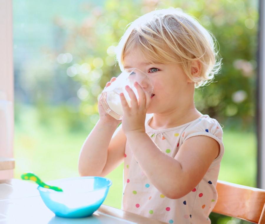 l-healthy-eating-research-raccomanda-solo-acqua-e-latte-fino-ai-5-anni-di-eta