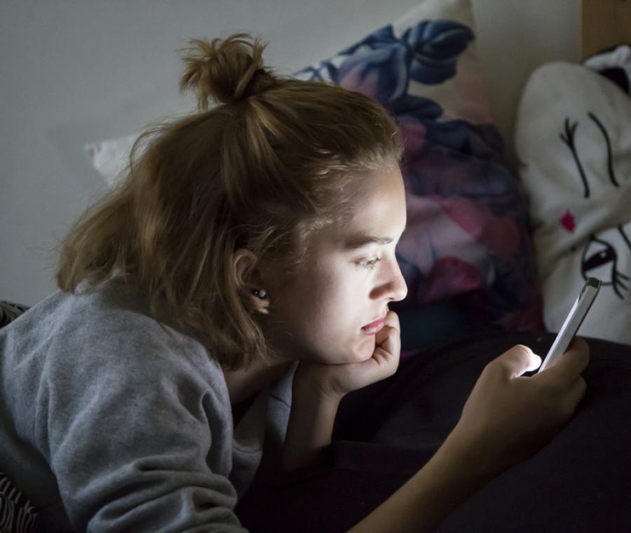 sonno-dei-teenager-disturbato-dall-uso-di-droghe-e-dello-smartphone-notturno
