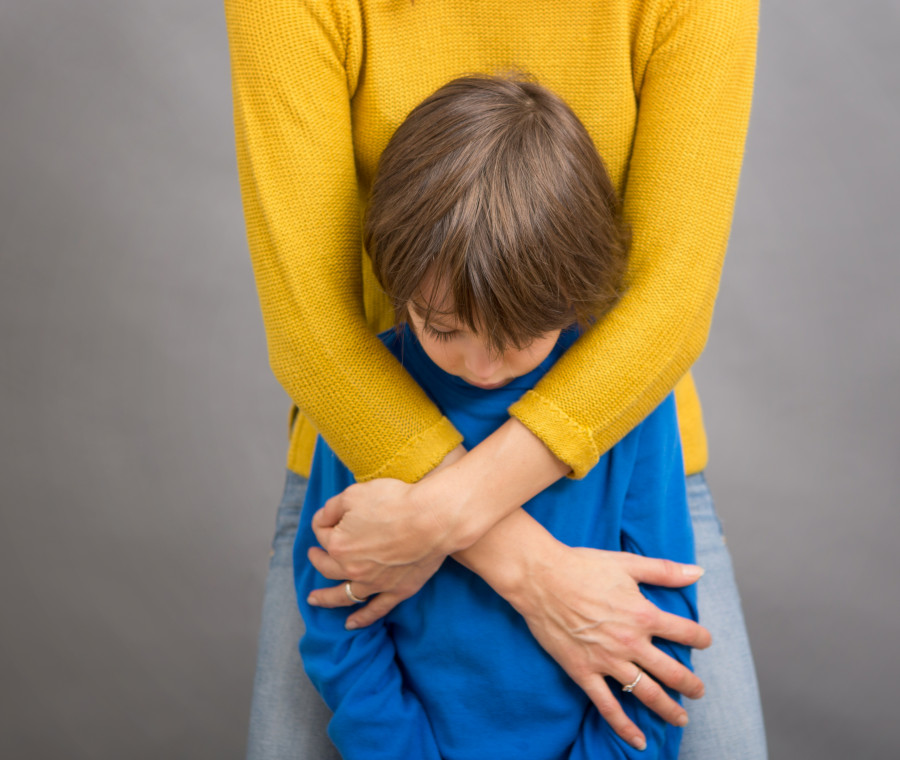 madre-abbraccia-bambino-triste