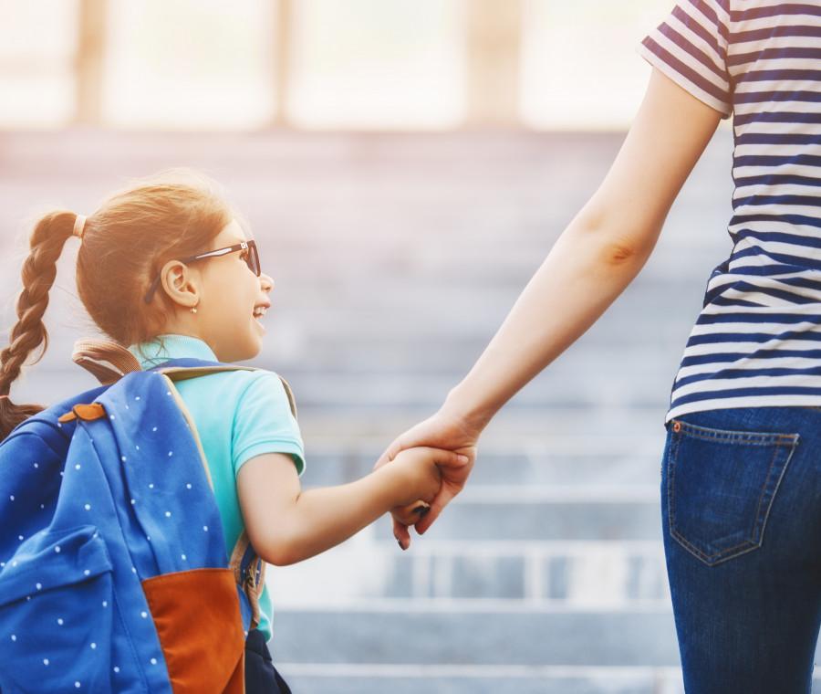 mamma-accompagna-bambina-a-scuola