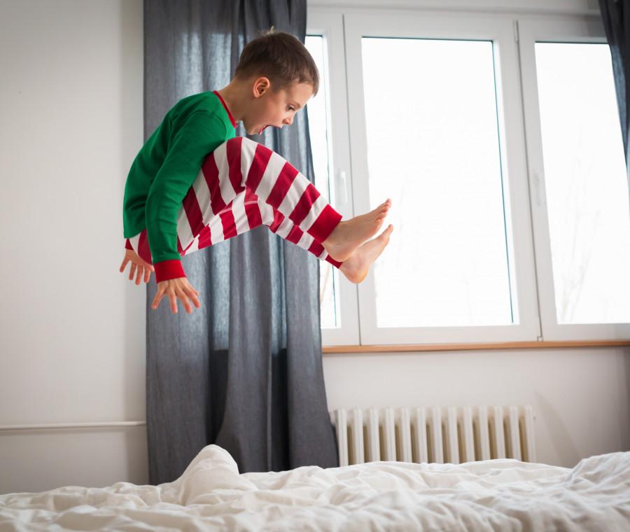 bambino-che-salta-sul-letto