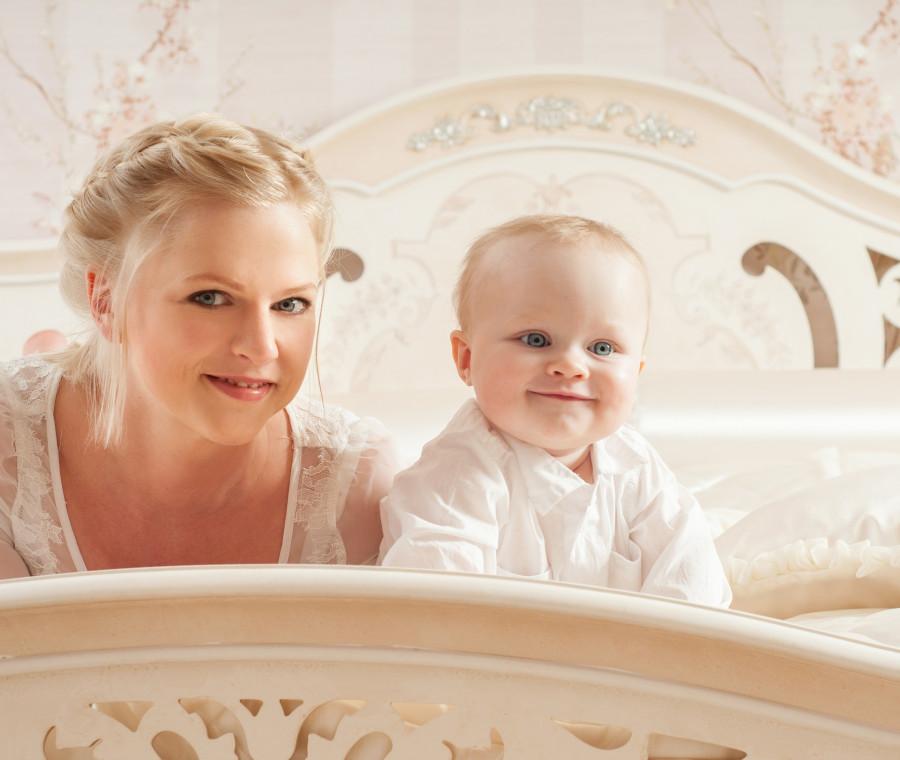 mamma-e-neonata-davanti-allo-specchio
