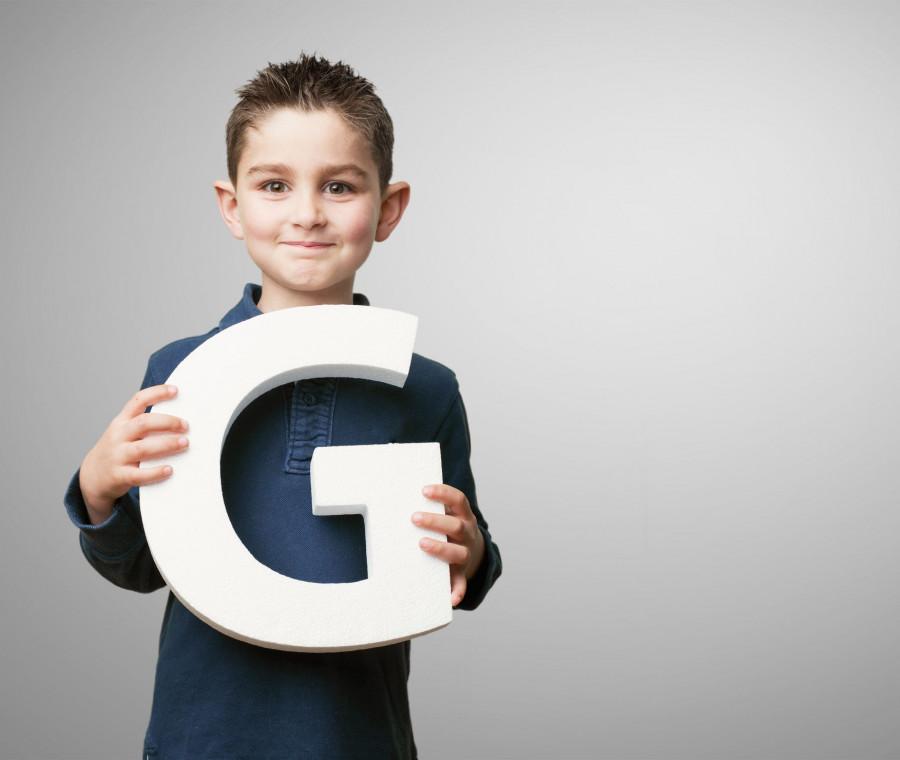 bambino-con-lettera-g