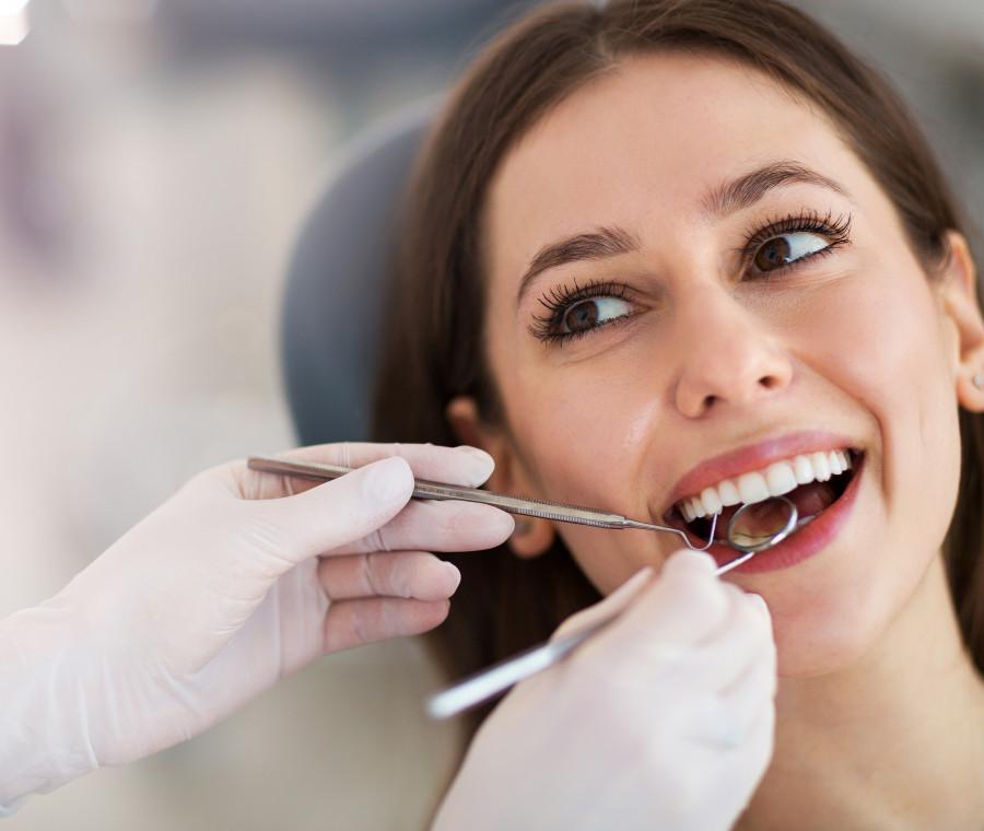 donna-dal-dentista-che-sorride