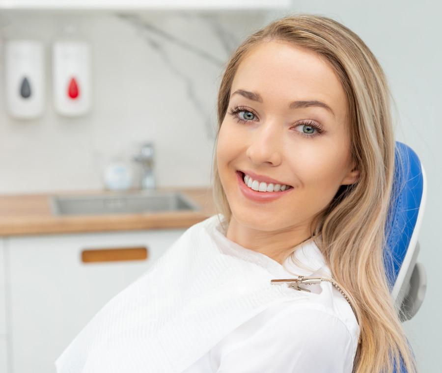 ragazza-bionda-sorridente-dal-dentista