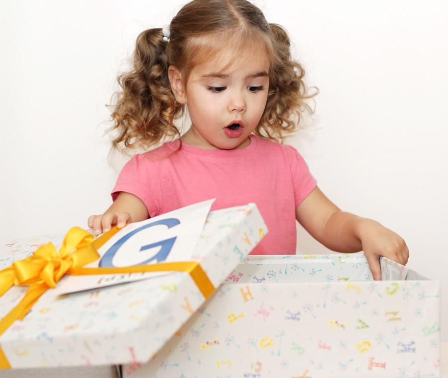bambina-e-lettera-g