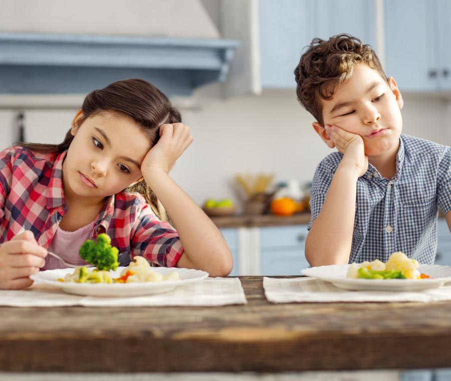 bambini-tristi-davanti-piatto-di-verdure