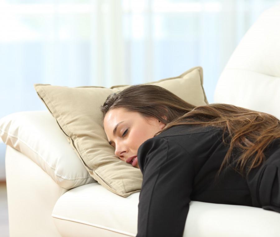 donna-sul-divano-che-dorme