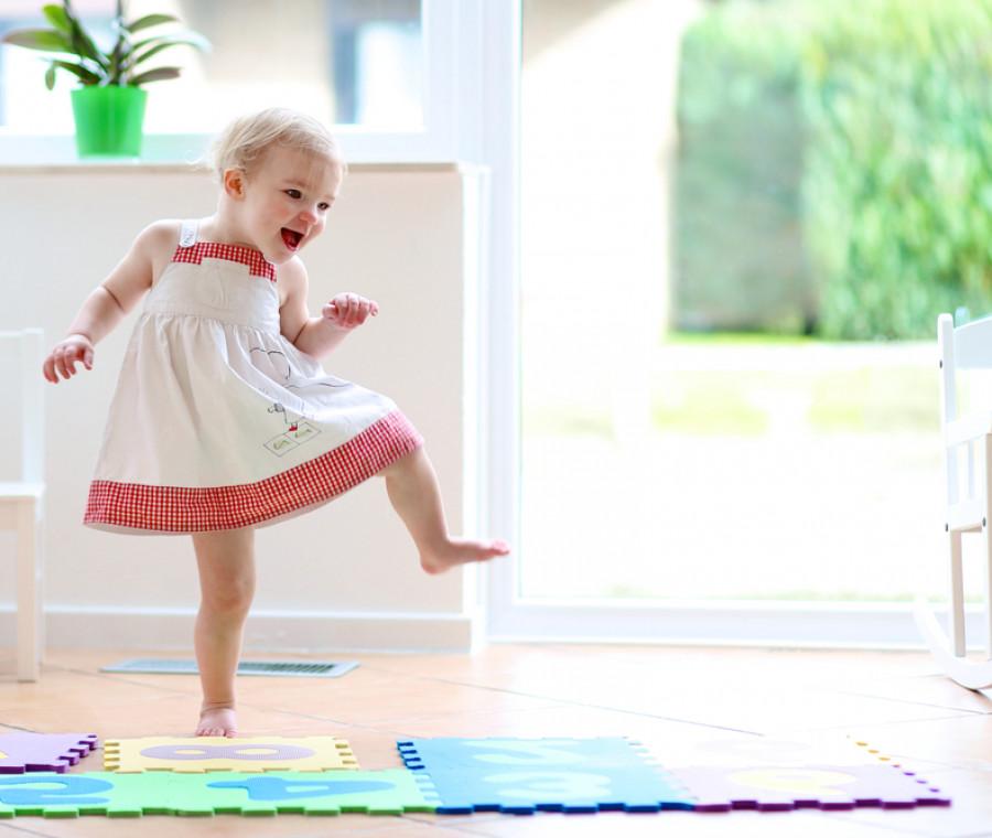 bambina-piccola-gioca